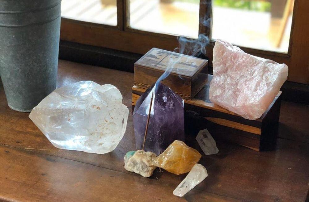 pedras e cristais sobre a mesa de madeira