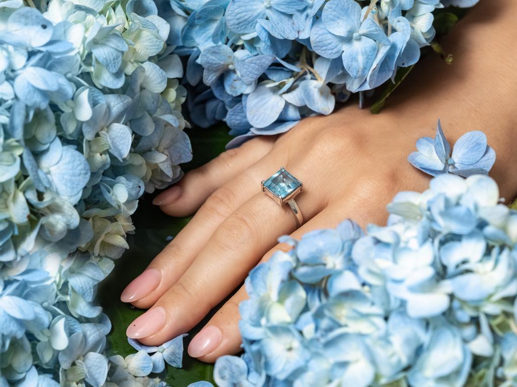 Anéis com cristais: acessórios poderosos que você deve incluir em seu look